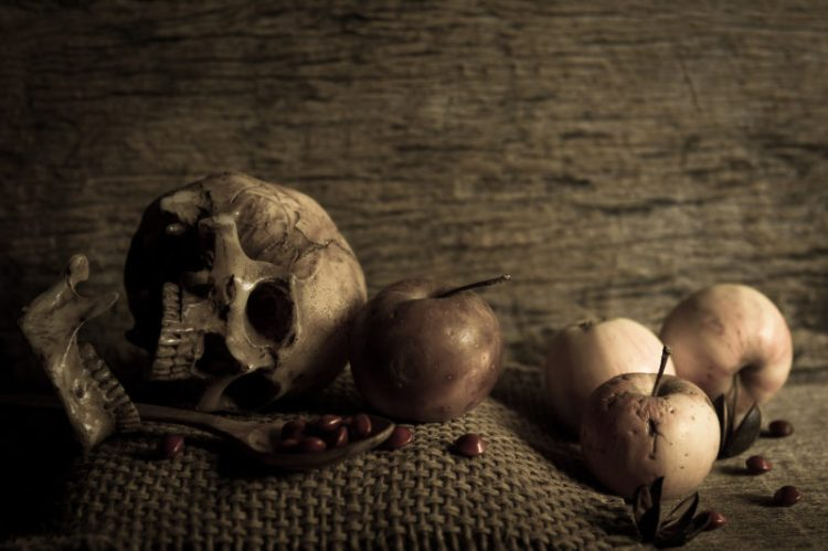 skull with apples